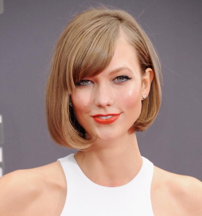 frisuren kurze haare, chop haarschitt, karlie kloss, orangenfabener lippenstift, ponyfrisur