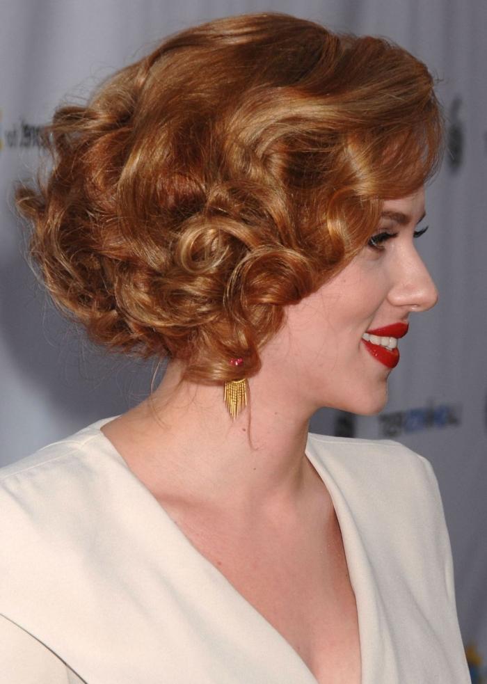 rote haare, haarstyling mit locken, frisuren mittellang stufig, beige kleid mit langen ärmeln