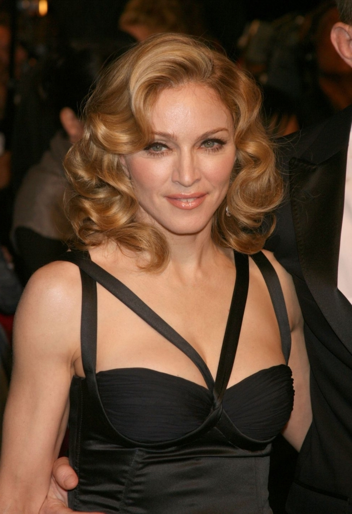 haarstyle in vintage stil, frisuren mittellanges haar, schwarzes kleid mit bändern, madonna