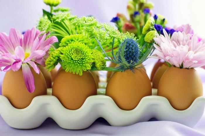 frühlingsdeko basteln, osterdeko mit eier, selbstgemachte vasen aus eierschalen, frühlingsblumen