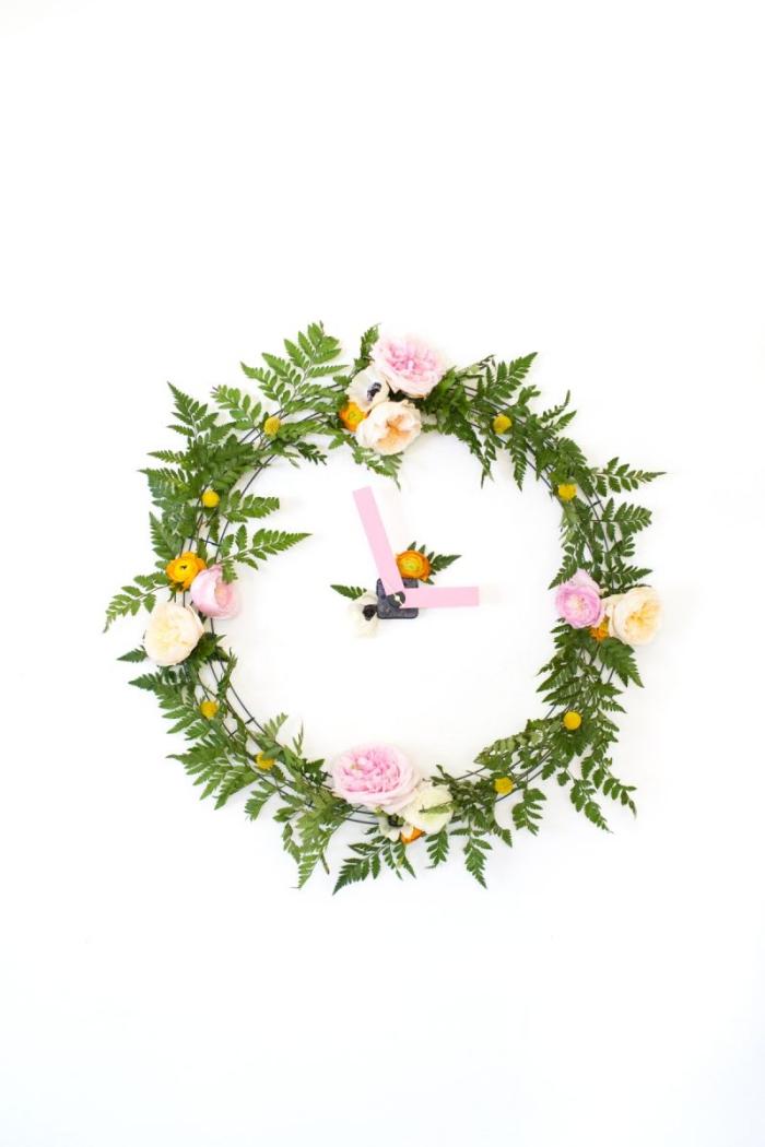 frühlingsdeko basteln mit naturmaterialien, florale uhr selber machen, grüne blätter und blumen