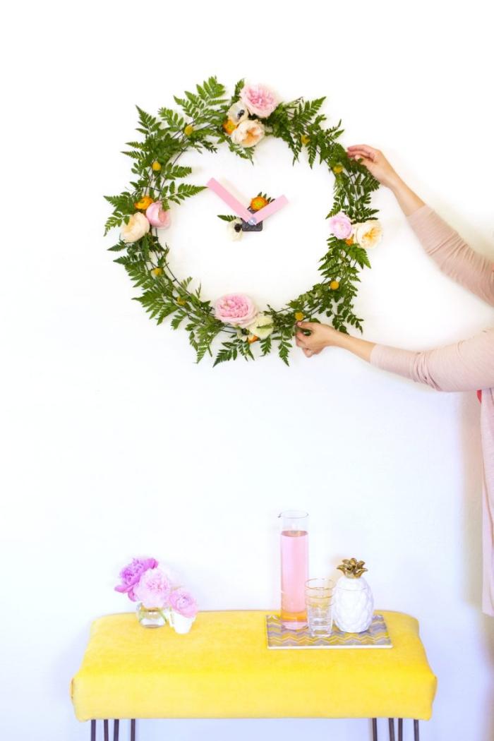 frühlingsdeko basteln mit naturmaterialien, florale uhr, wanduhr kranz, rosa zeiger