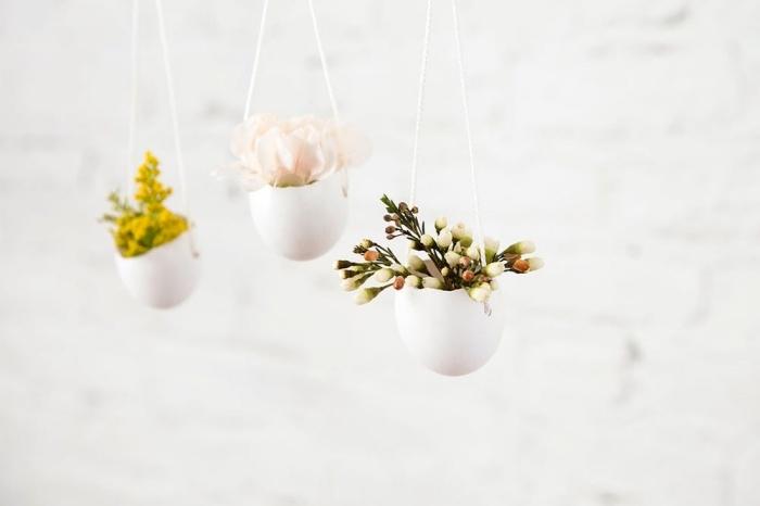 frühlingsdeko selber machen, hängende dekorationen aus eiern und kleinen blüten, vasen aus eierschalen
