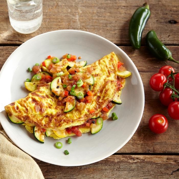 omelette mit gurken und tomaten, frühstück ohne kohlenhydrate, gerichte ohne kohlenhydrate