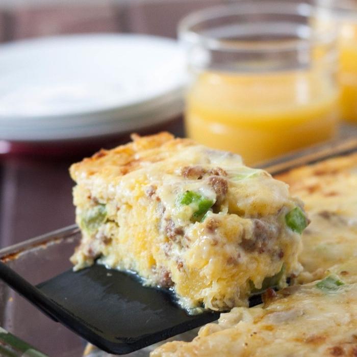 frühstück ohne kohlenhydrate, kasserolle mit eier, hühnerfleisch, käse und frühlingszwiebel