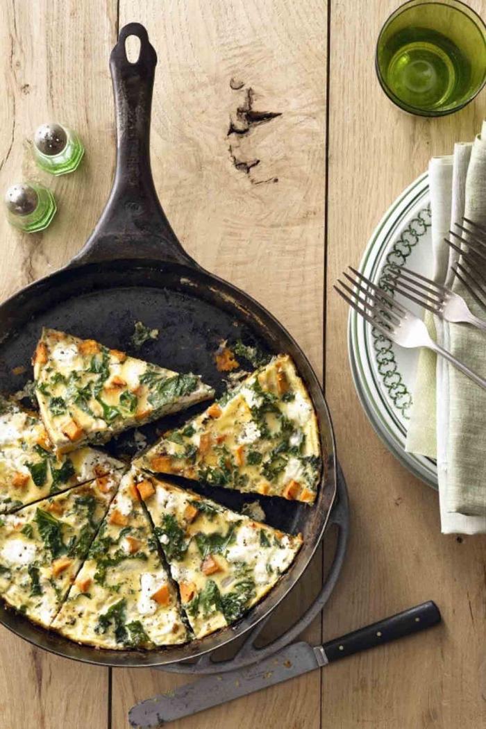 rezepte zum abnehmen, frühstück ohne kohlenhydrate, frittata mit eier, ziegenkäse und spinat