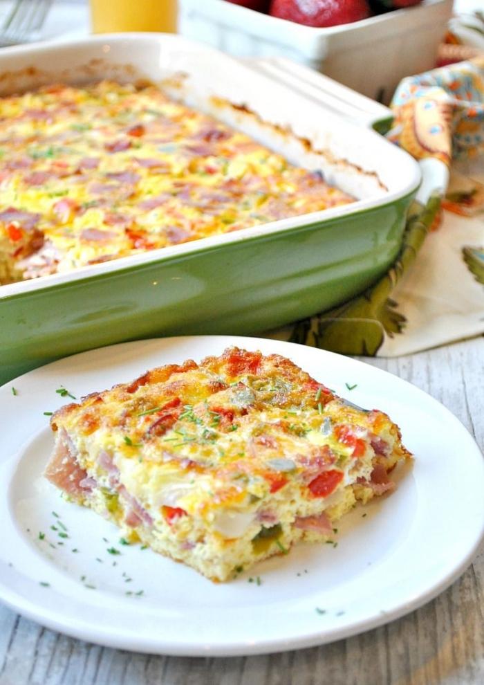 kasserolle mit eier, tomaten und schinken, frühstück ohne kohlenhydrate, einfaches rezept
