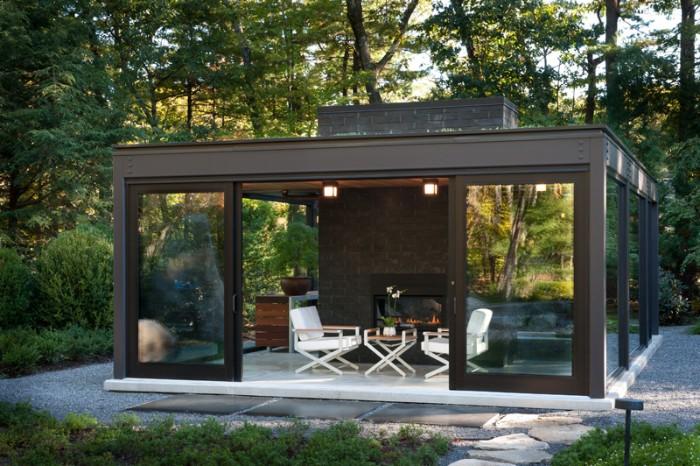 Design Gartenhaus Ideen zur Verwendung, kleiner Kaffeetisch mit zwei weißen Stühlen, Garten Erholungsraum