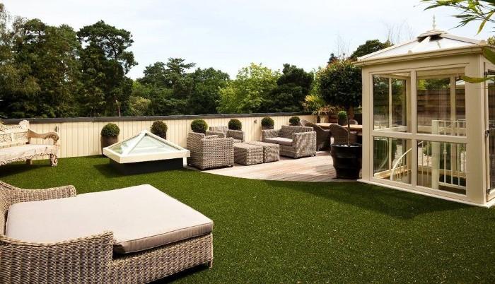 Gartenhaus Holz Flachdach, großer Garten mit grünem glatt rasierten Gras, Holzhaus in Weiß lackiert