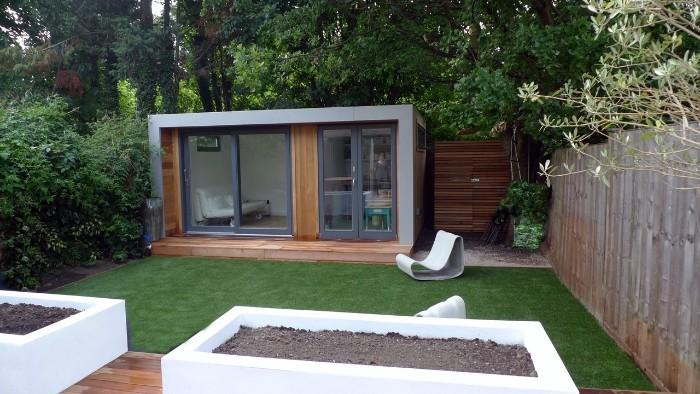 Gartenhaus grau, Farbe und Gestaltung smart, Häuschen in der Bepföanzung versteckt