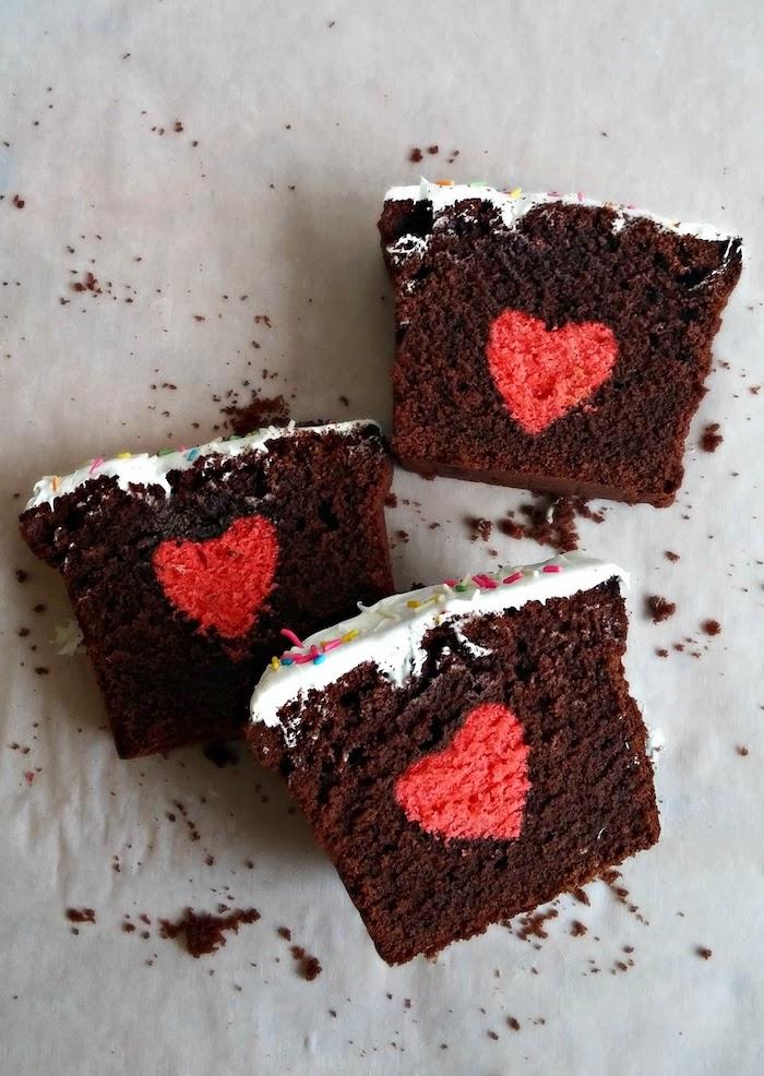 Schokoladenkuchen mit kleinen roten Herzen, leckeres Geschenk zum Vatertag