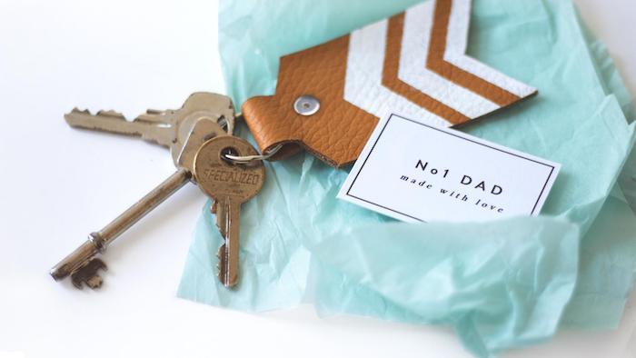Schlüsselanhänger aus Leder selber machen, DIY Geschenkidee zum Vatertag