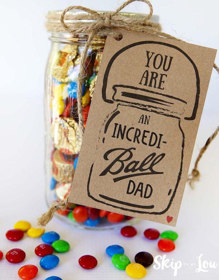 Einmachglas voll mit Süßigkeiten zum Vatertag schenken, mit selbstgemachtem Anhänger