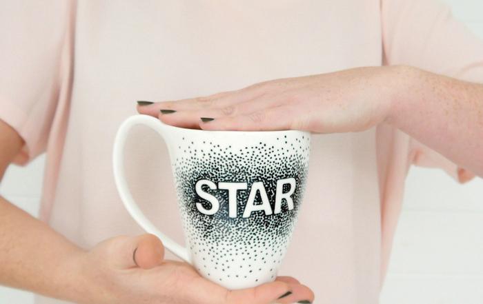 Tassen kreativ verzieren, mit schwarzem Filzstift Punkte setzen, Aufschrift Star