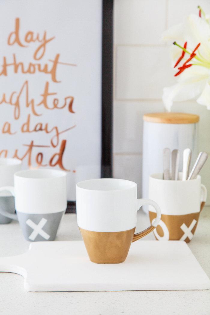 Weiße Tassen selber bemalen, praktisches Geschenk für jeden Anlass, einfach und schnell selber machen