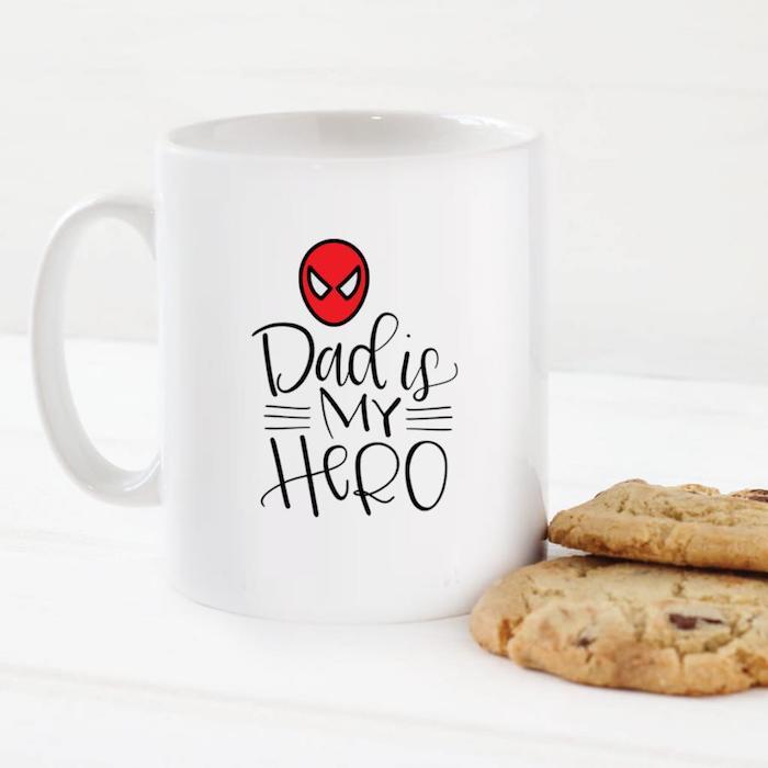 Kreative Geschenkidee zum Vatertag, weiße Tasse mit Aufschrift Dad is my Hero