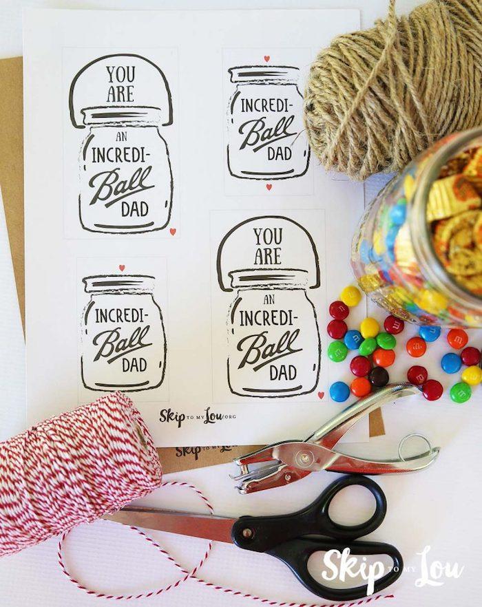 DIY Geschenkidee zum Vatertag, Einmachglas voll mit Süßigkeiten, Anhänger befestigen