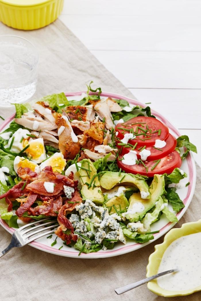 gesund essen ohne kohlenhydrate, salat mit bakon, hühnerbrust, avocado und tomaten