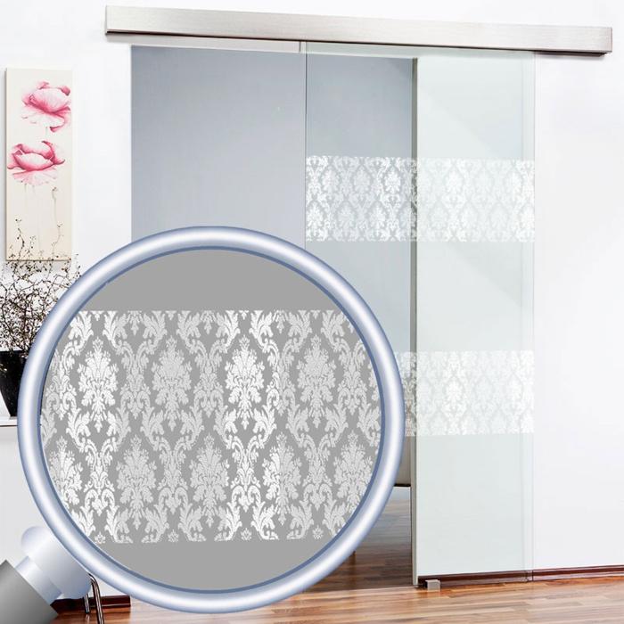 moderne Glasschiebetüren mit Motiven von abstrakten Blumen in weißer Farbe, im Überblick