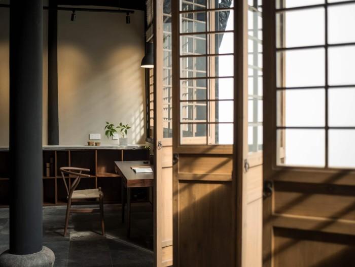 Gartenhaus Flachdach, Design Ideen von Innen gesehen, Türe mit Glas Optik für mehr Licht im Raum