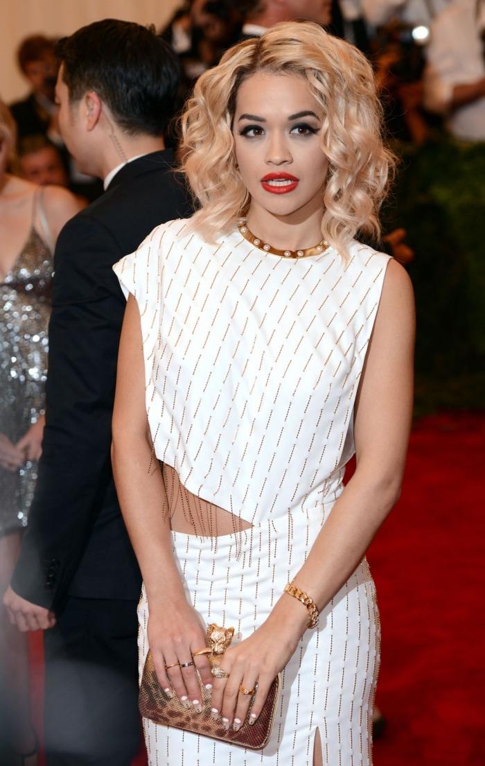 haarschnitt mittellang, weißes kleid mit goldenen fransen, blonde haare mit dunklem ansatz