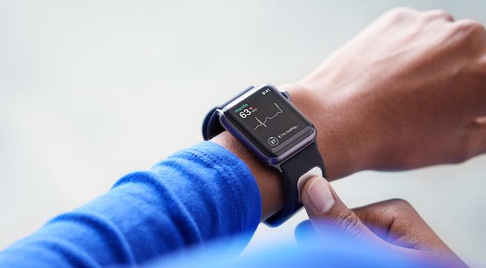 eine hand eines manns mit einer schwarzen apple smartwatch mit schwarzem bildschirm mit einer ekg funktion