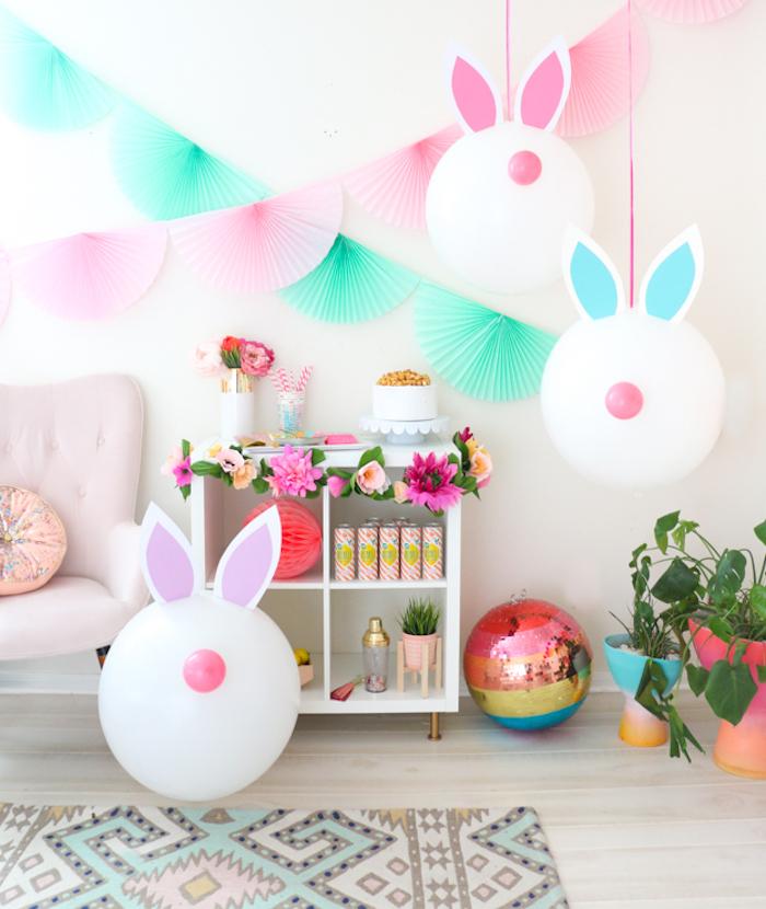 Kreative Osterdeko selber machen, Osterhasen aus Ballons mit Ohren aus Papier, bunte Papiergirlanden