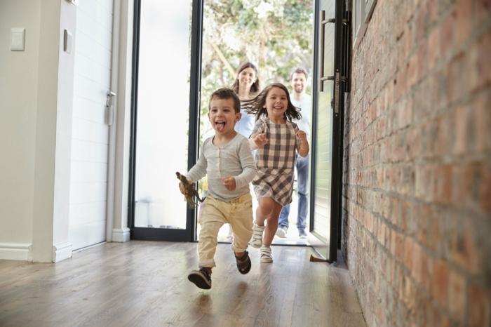 Die Kinder gehen in dem neuen Haus, die beiden sind so glücklich, Hausfinanzierung