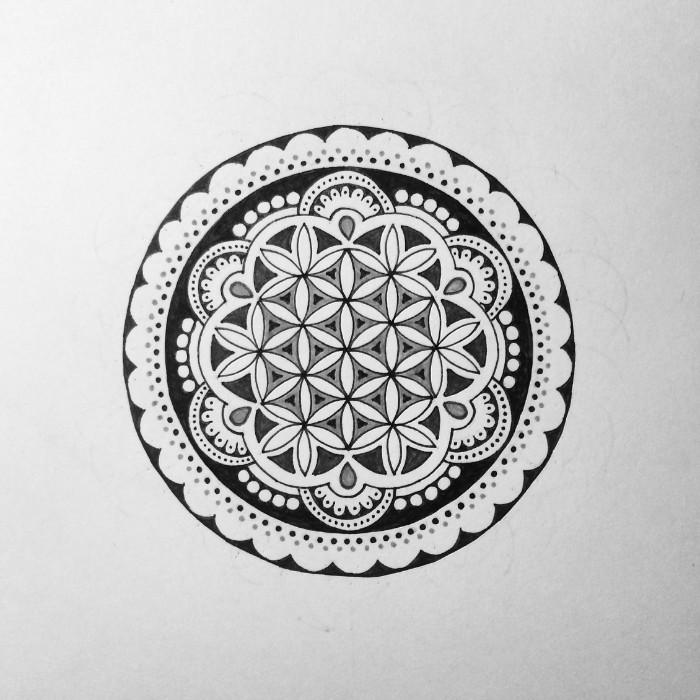 lebensblume tattoo idee, rundes design, vorlage malen und dann auf dem körper übertragen