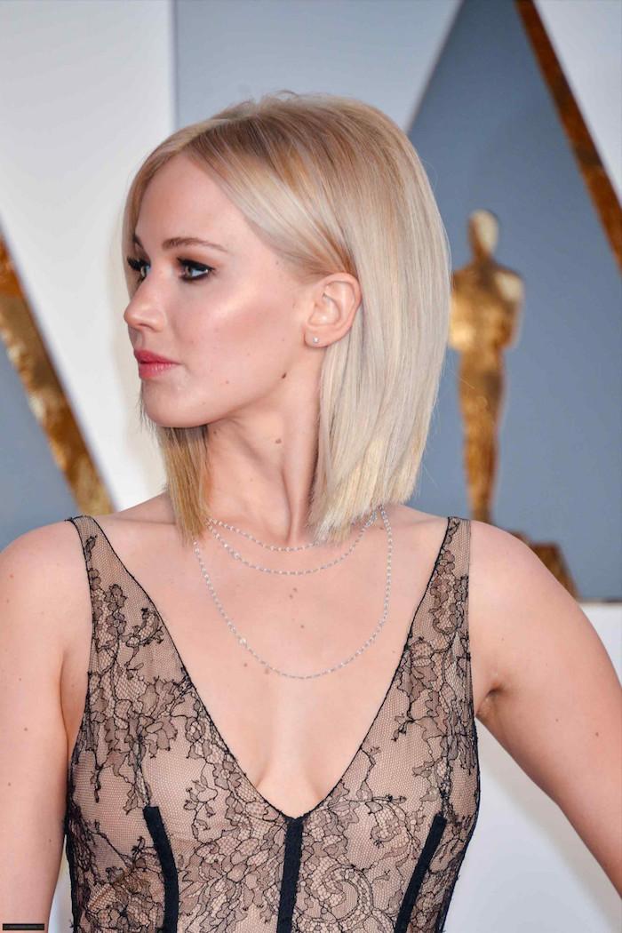 Jennifer Lawrence Bob Haarschnitt, blonde glatte Haare mit Mittelscheitel, elegantes Abendkleid