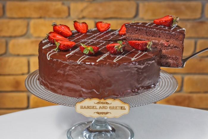 joghurette schokolade torte mit erdbeeren, cacao und yogurt schoko creme