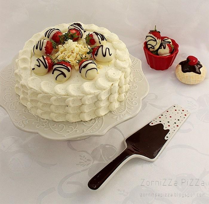 joghurette torte idee, cake selber machen, stracciatella creme oder yogurt mit erdbeeren, gegossen in weißer schokolade