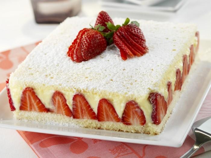 yoguretten torte mit kokos und creme aus weißer schokolade, erdbeeren deko ideen, boden aus keksen