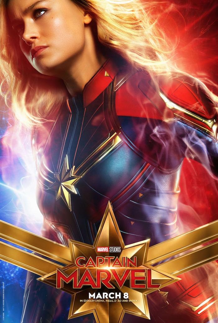 ein blauer kostüm aus Leder einer superheldin und mit einem großen gelben stern, junge frau mit blondem haar, ein poster von captain marvel
