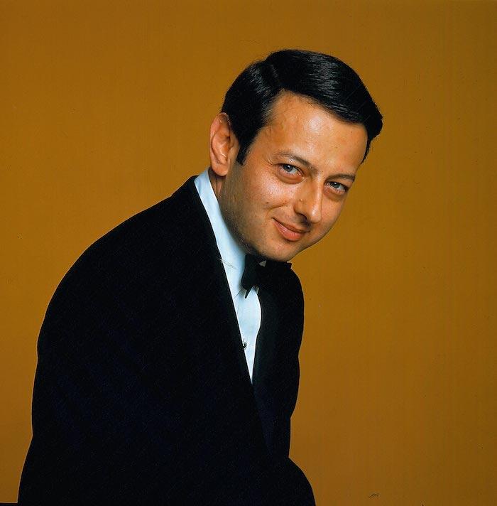 der dirigent André Previn,ein junger mann mit einem weißen hemd und einem schwarzen kostüm und schwarzer fliege