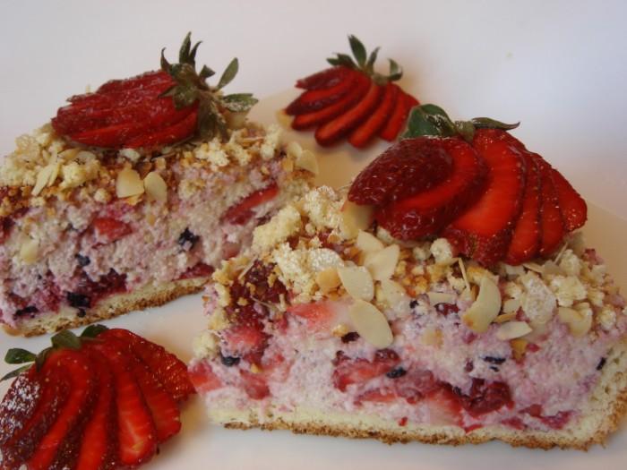 joghurt sahne torte, erdbeeren, nüsse, schoko chips, keksblatt, erdbeeren inspo kuchen