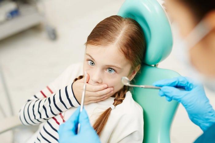 kleines kind und zahnarzt