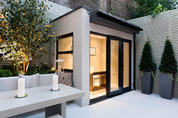 kleine Gartenhäuser, Sauna, Erholungsort zu Hause, kleines Haus aus Beton mit Glaswand