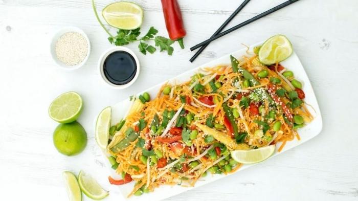 kohlenhydratarme ernährung rezept, salat mit grünen bohnen, cheddar, käse und tomaten