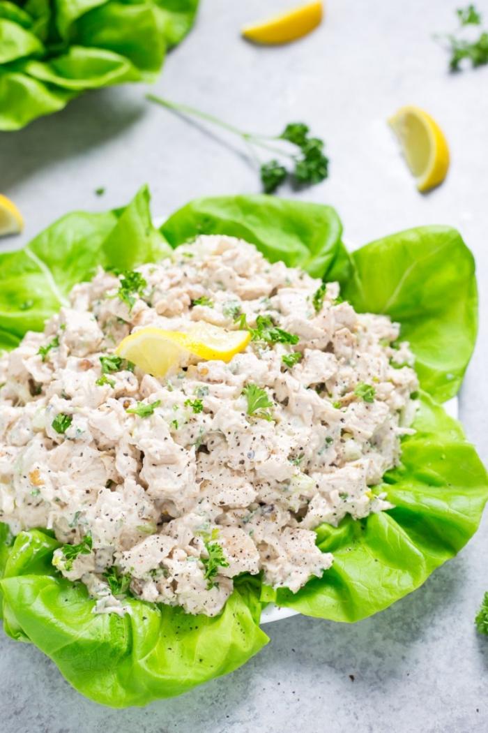 kohlenhydratfreies essen, grüne salatblätter gefüllt mit hühnerfleisch und weißer soße, rezepte kochen ohne kohlenhydrate