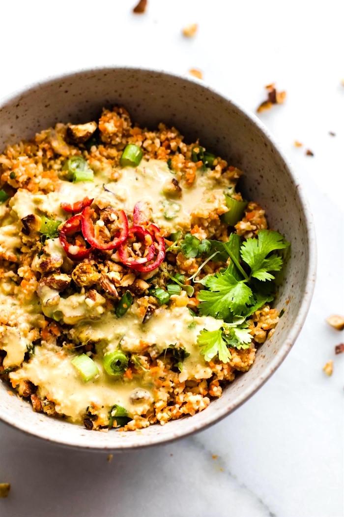 rezepte kochen ohne kohlenhydrate, blumenkohl mit avocado und käse, kohlenhydratfreies essen