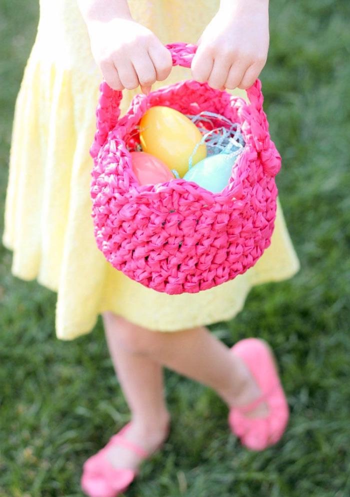 korb basteln zum ostern, kleines mädchen mit körbchen aus rosa schnur, gelbes kleid