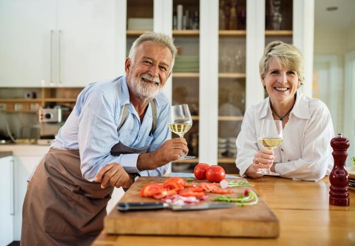 küche finanzieren, mann und frau, wohnung renovieren, moderne küchengestaltung, traumküche schaffen