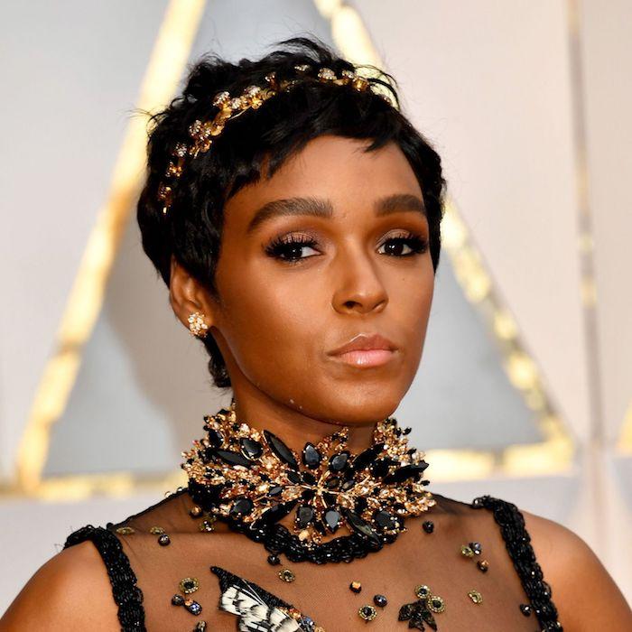 Schöne Frisuren für dünnes Haar, Pixie Cut, goldener Kranz mit Kristallen,schwarzes Abendkleid
