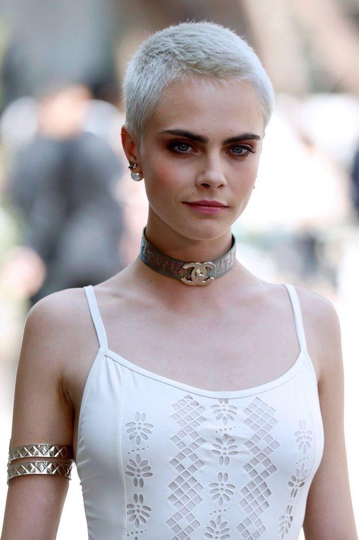 Cara Delevingne Haarschnitt, Pixie Cut, aschblonde Haare, weißes Kleid, Chanel Halskette
