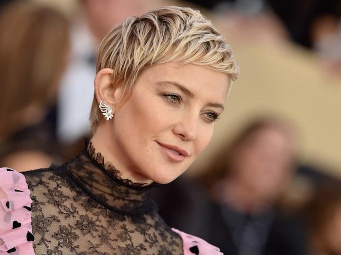 Kate Hudson Hairstyle, blonder Pixie Cut, schwarzes Spitzenkleid, silberne Ohrringe mit Kristallen