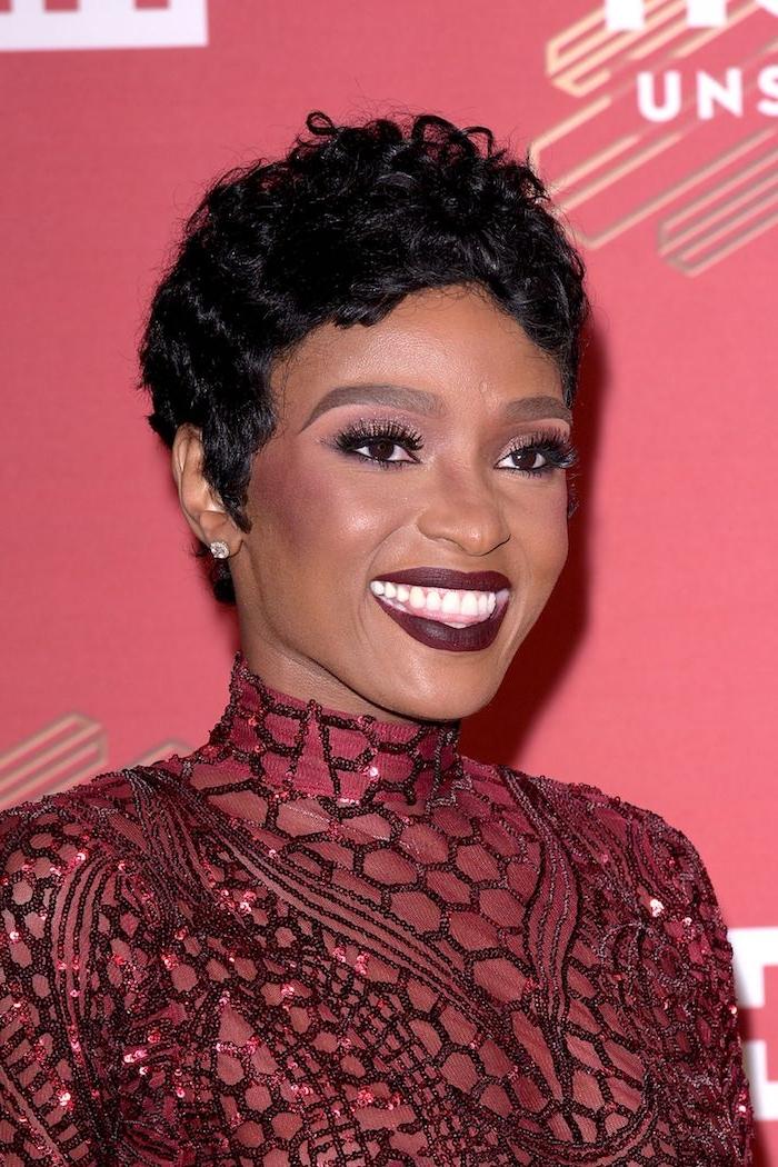 Pixie Cut Haarschnitt, burgundrotes Kleid mit Pailletten, roter Lippenstift, roter Lidschatten