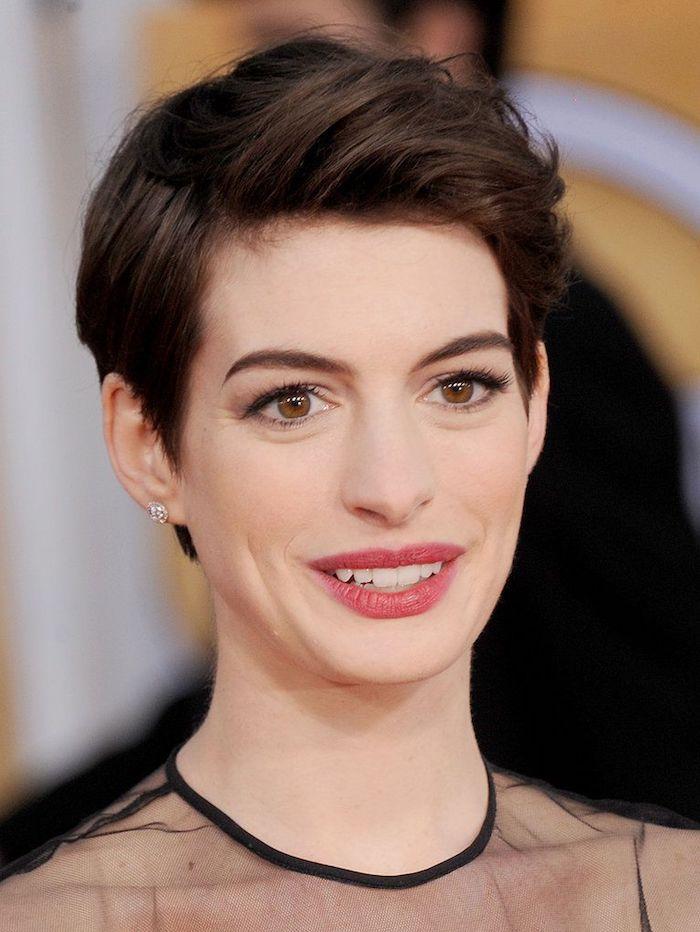 Anne Hathaway Kurzhaarfrisur, Pixie Cut, dunkelbraune Haare, leichtes Augen Make up, roter Lippenstift