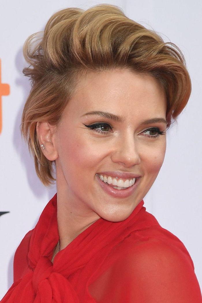 Scarlett Johansson Hairstyle, Pixie Cut, dunkelblonde Haare, rotes Kleid, schwarzer Lidstrich und Lipgloss