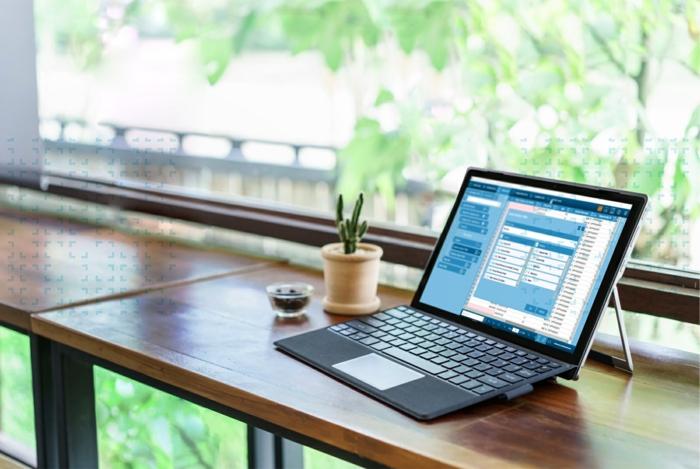 ein schöner Laptop, Laptop Display auf einem Tisch